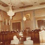 Συνεδρίαση του Αρείου Πάγου στην κεντρική αίθουσα του Ιλίου Μελάθρου (αίθουσα των εσπερίδων)