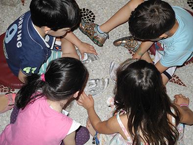 Εξερευνώντας το κτίριο του Ιλίου Μελάθρου.